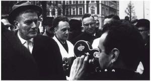 De Vries staat de media te woord tijdens een presentatie van het plan Hoog Catharijne in 1965. Naast hem met witte jas wethouder van Openbare Werken Th. Harteveld. Rechts Empeo-directeur A. Feddes