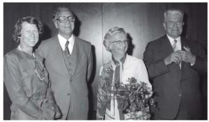 Het afscheid van J. de Vries als president-directeur van de Verenigde Bedrijven Bredero (1977). Naast hem zijn echtgenote. Links daarvan het echtpaar Feddes.