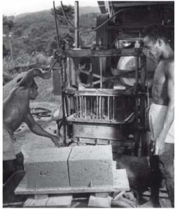 Papoea's bezig met het vormen van betonstenen voor Brederos' dochteronderneming op Nieuw-Guinea