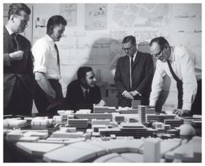 Het ontwerpteam rond een maquette van Hoog Catharijne