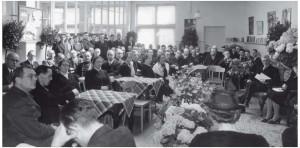Toespraken tijdens het jubileum, 1942. Rechts bij de bos bloemen zit de tweede directeur Ruiterman, Adriaan Bredero zelf is waarschijnlijk aan het spreken.