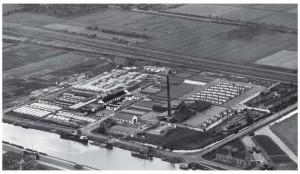 De betonfabriek die in 1941 aan de Kanaaldijk werd opgericht. Hier te zien op een luchtfoto uit 1947