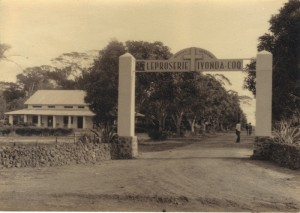 Entrance to the Iyonda leprosery, with the missionary fathers' house on the left, where Greene was accommodated. The first part of the 8mm film was recorded on the loggia of this house. Photo reproduced with permission from R. Vanderslaghmolen.