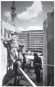 Bouw van het Holiday Inn hotel aan het Jaarbeursplein in 1969. Op de achtergrond het Beatrixgebouw.