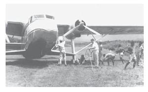 De Twin Pioneer vastgelopen in een zwakke plek van het vliegveld