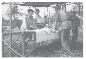 Brongersma in gesprek met Gouverneur en mevrouw Platteel
