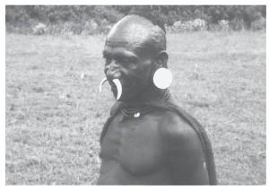 Sibiller met varkensslagtanden door het neustussenschot en een knoop van bamboe in zijn