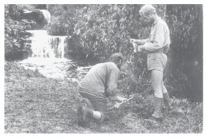 De naamgeving van de Marijke rivier. Gaisseau en Sneep begraven een oorkonde met een Frans en Nederlands vlaggetje in een Brocadesfles.