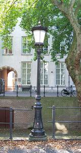 Straatlantaarn aan de Utrechtse Nieuwegracht met een lampenkap naar ontwerp van Koch