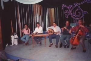 Foto takht-ensemble uit Cairo, maart 1996, gefotografeerd door A.H. van Oostrum. De instrumenten zijn van links naar rechts de kamandja (viool), qanun (citer), ud (luit), nay (rietfluit) en cello. De slaginstrumenten staan niet op de foto.