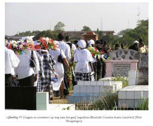 Dragers en rouwstoet op weg naar het graf, begrafenis Elisabeth Cornelia Austin Landveld - Foto: Wim Hoogbergen